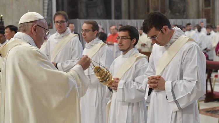 La Comunità Parrocchiale di San Benedetto in festa per l'ordinazione di Don Michele Ferrari